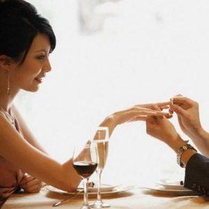 мужчина надевает кольцо женщине