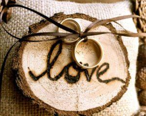 кольца на дереве с надписью love