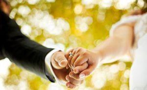 муж и жена держатся за руки