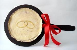 подарок-сковородка на свадьбу
