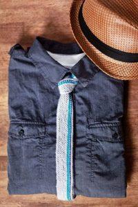 галстук на синей рубашке
