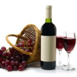 вино рядом с корзиной винограда