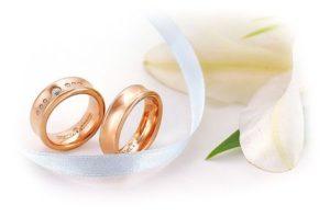 два кольца рядом с лентой