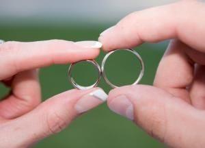 мужчина и женщина держат кольца
