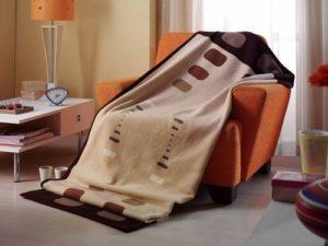плед на кресле
