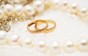 обручальные кольца рядом с жемчугом