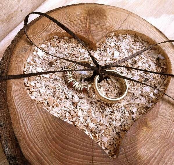 Сердце и два кольца на деревянную свадьбу