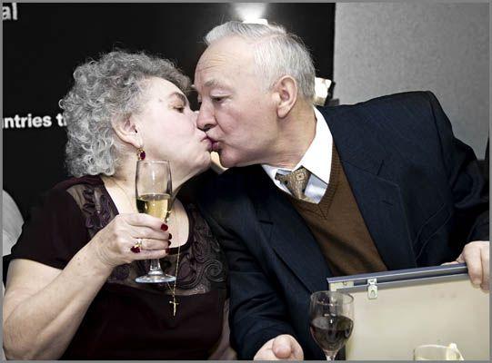 Целуются бабушка с дедушкой